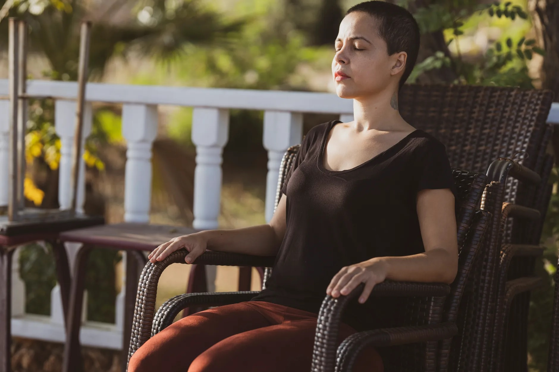 Concentrada, mulher está sentada em uma cadeira de olhos fechados